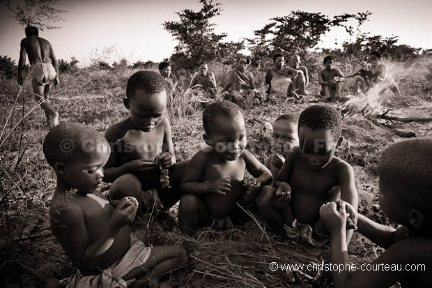 Enfants Bushmen en train de manger